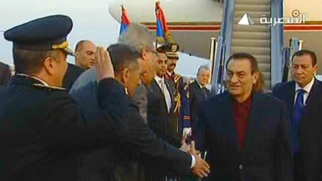 TILBAKE: President Hosni Mubarak ønskes velkommen hjem ved ankomst til Sharm el-Sheikh. Foto: AFP/EGYPTIAN TV/SCANPIX