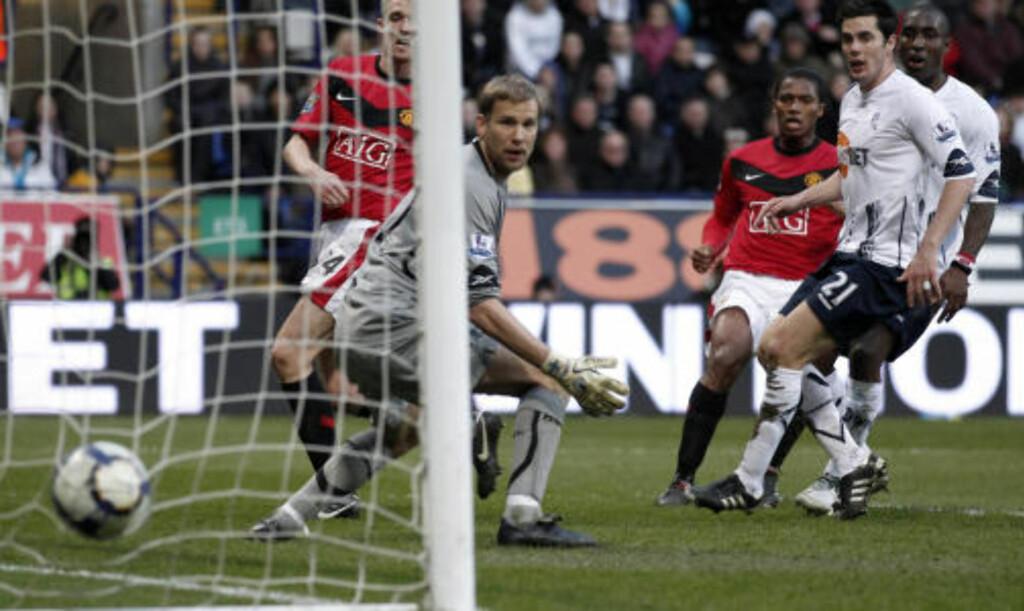 KOMISK: Jussi Jaaskelainen ser ballen gå inn i eget nett etter et komisk selvmål av Jlloyd Samuel. Foto: Reuters
