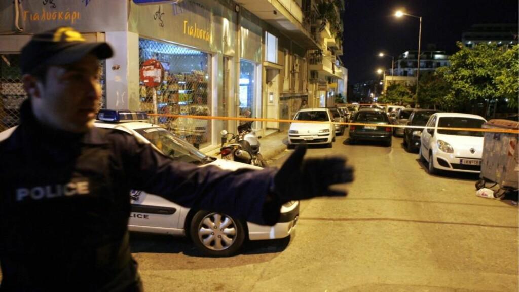 TILFELDIG OFFER:  Bomben i Aten drepte en 15 år gammel gutt utenfor denne bygningen i går kveld. FOTO: EPA/SCANPIX.