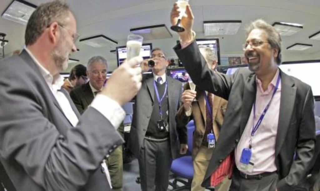 FORNØYD: Jubel og sjampekorker fylte CERN-lokalene da de første kollisjonene ble bekreftet. 8000 ingeniører og forskere fra 80 er involvert i eksperimentet ved den europeiske organisasjonen CERN. Foto: EPA/SALVATORE DI NOLFI/SCANPIX