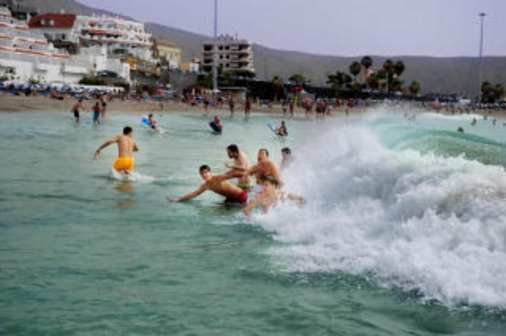 TAR BØLGEN:  Playa las Vistas i Cristianos med San Telmo-senteret i bakgrunnen. Foto: John Terje Pedersen.