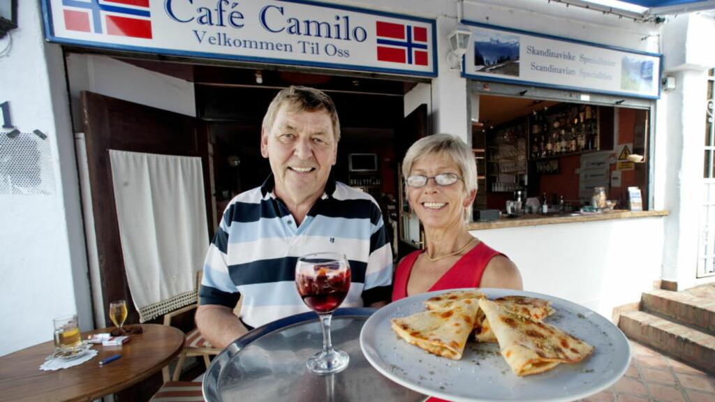 TENERIFE:  Aage Fred Johansen og Bente Dahl driver Cafe Camilo i Los Cristianos. Her inviterer de på en internasjonal mix av italiensk calzone  og spansk sangria spritet opp med en Vadsø-vri.                                                                                                                                                   Foto: John Terje Pedersen