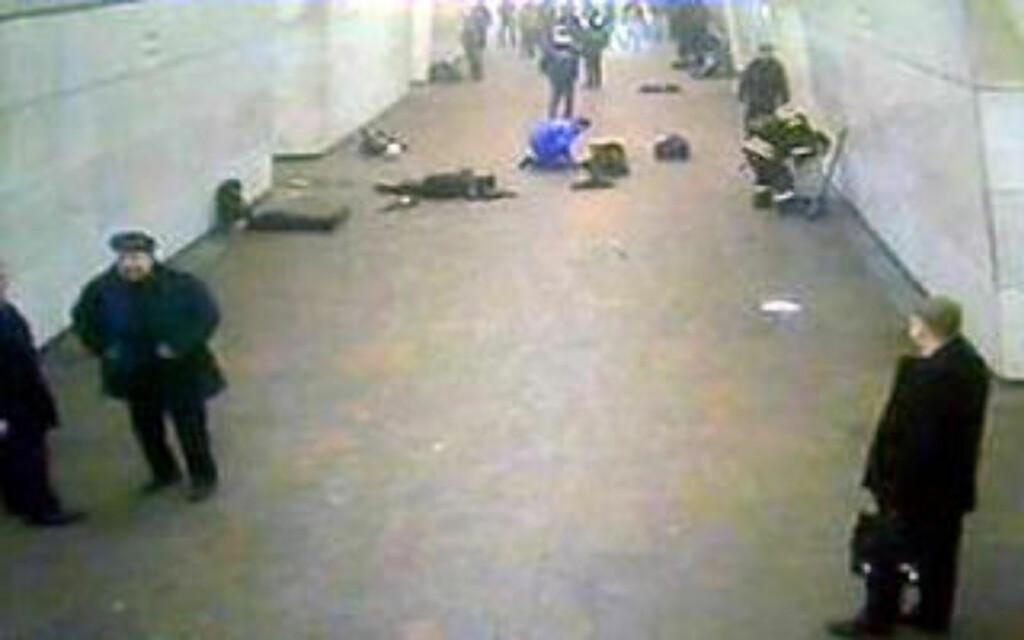 LÅ STRØDD: Ofrene etter angrepene lå utover T-banetunnellene i Moskva. Foto: AFP/Scanpix