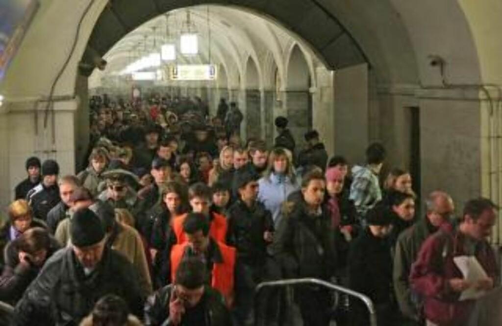 FLYKTET: Folk forlater Park Kultury-stasjonen i Moskva etter angrepet. Foto: EPA/Scanpix