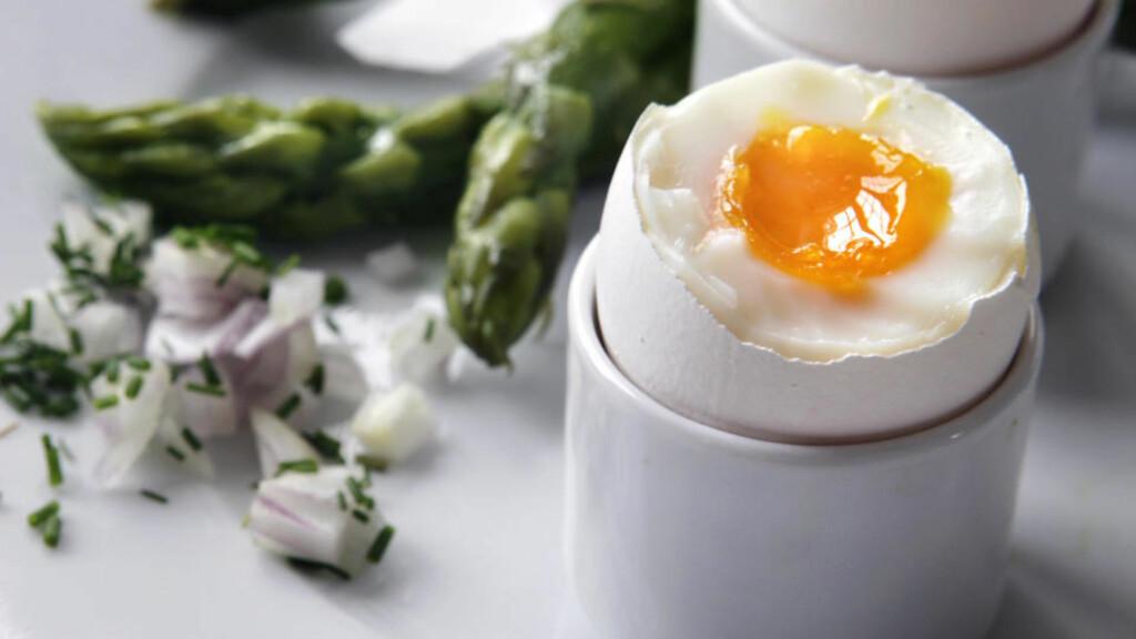 HELT ENKELT: Aspargessoldater med bløtkokt egg. En ukomplisert, deilig vårrett - som er like enkel å tilberede enten du tilbringer påskehelga på fjellet eller i byen.Foto: Mette Randem