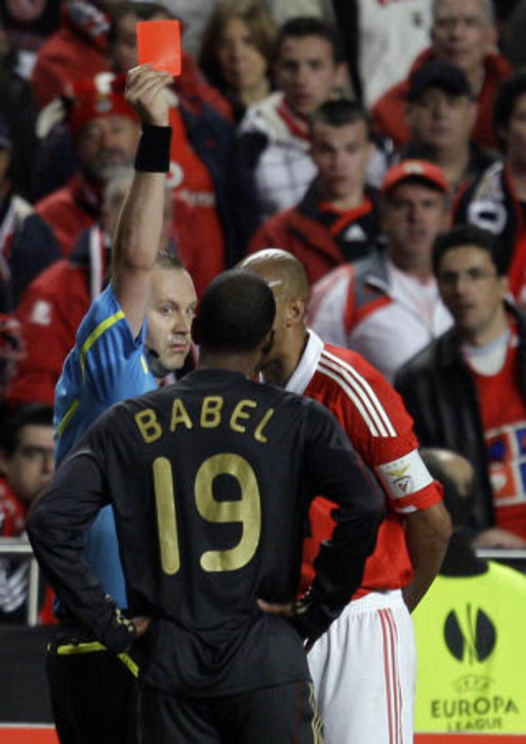 MERKELIG AVGJØRELSE: Benficas midtstopper Luisão kløyvet nesten Fernando Torres i to, men slapp unna med gult. Ryan Babel blandet seg inn og forsøkte bokstavelig talt å få brasilianeren til å klappe igje. Det ble belønnet med rødt kort der gult sannsynligvis hadde vært straff nok.Foto: SCANPIX/AP Photo/Armando Franca