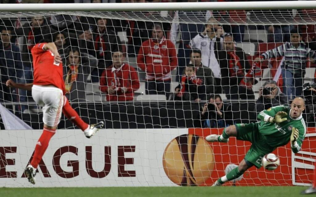 STRAFFET LIVERPOOL: Óscar Cardozo fikk to muligheter fra straffemerket, og tok godt vare på dem begge. Dermed snudde han kampen for Benfica mot Liverpool.Foto: SCANPIX/AP Photo/Armando Franca
