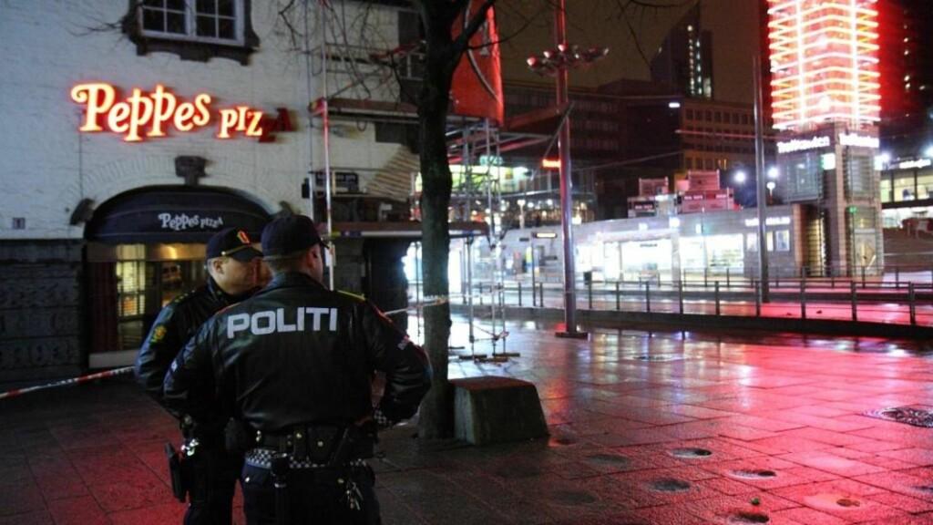 KNIVDRAMA: Politiet har sperret av området der mannen ble funnet. Foto: Svein Gustav Wilhelmsen