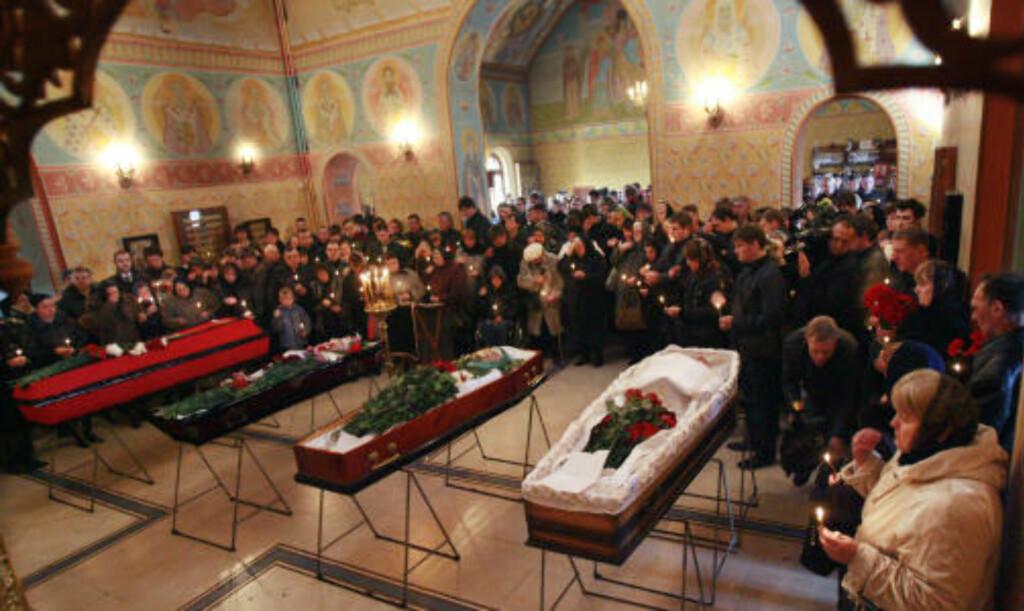 39 DØDE:  39 mennesker ble drept i de to selvmordsangrepene som rammet det russiske t-banenettet mandag. Her begraver slektninger av ofrene sine død i Moskva. Foto: AFP