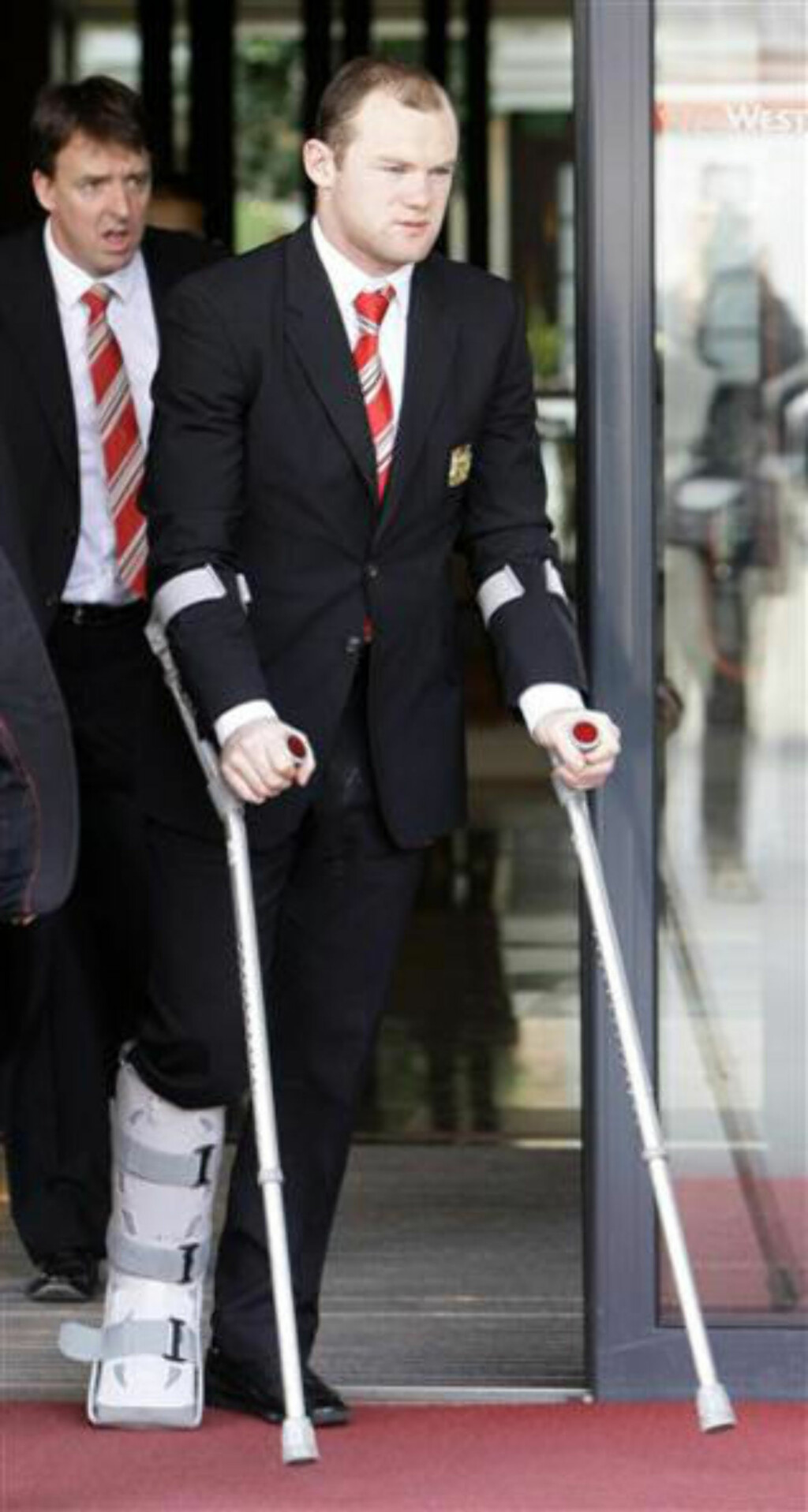 SKAVANKEL: Wayne Rooney må se dagens kamp fra sidelinja.Foto: SCANPIX/  REUTERS/Michaela Rehle