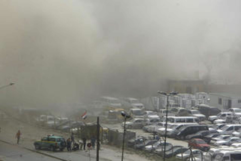 RØYKLAGT:  Røyken etter bombene er synlig over store deler av Bagdad. FOTO: AFP/REUTERS.