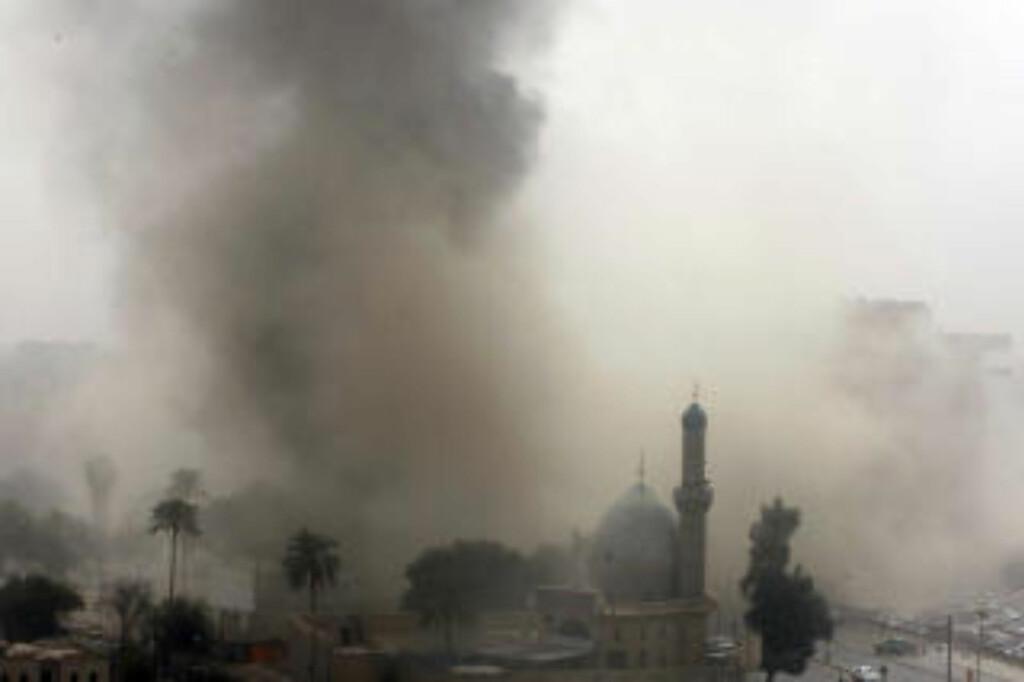 VOLDSOMME EKSPLOSJONER:  Området rundt Irans ambassade i Bagdad er røyklagt etter flere eksplosjoner i formiddag. FOTO: AFP/SCANPIX.