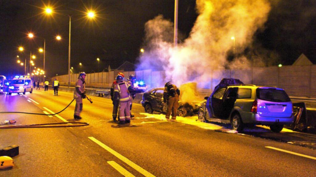 FEM ALVORLIG SKADD:  Denne Ford stasjonsvogna kom inn på feil side av  E18 nær Høvik i natt før klokka 03.39. Politiet trenger tips. FOTO: DANIEL LAABAK.