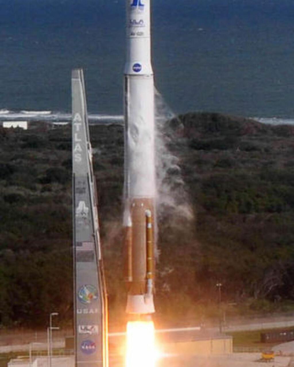 STARTHJELP: Romflyet, som ikke har noe gjenbrukbart boostersystem som romferjene, er avhengig av en Atlas (avbildet) eller Delta-rakett for å komme seg opp i omløpsbane. Foto: AFP PHOTO/NASA/SCANPIX