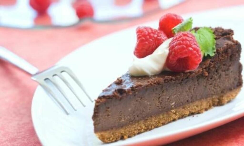 MED MØRK SJOKOLADE: Sjokoladekake og ostekake i en og samme kake.  Foto: Kim Holthe/melk.no