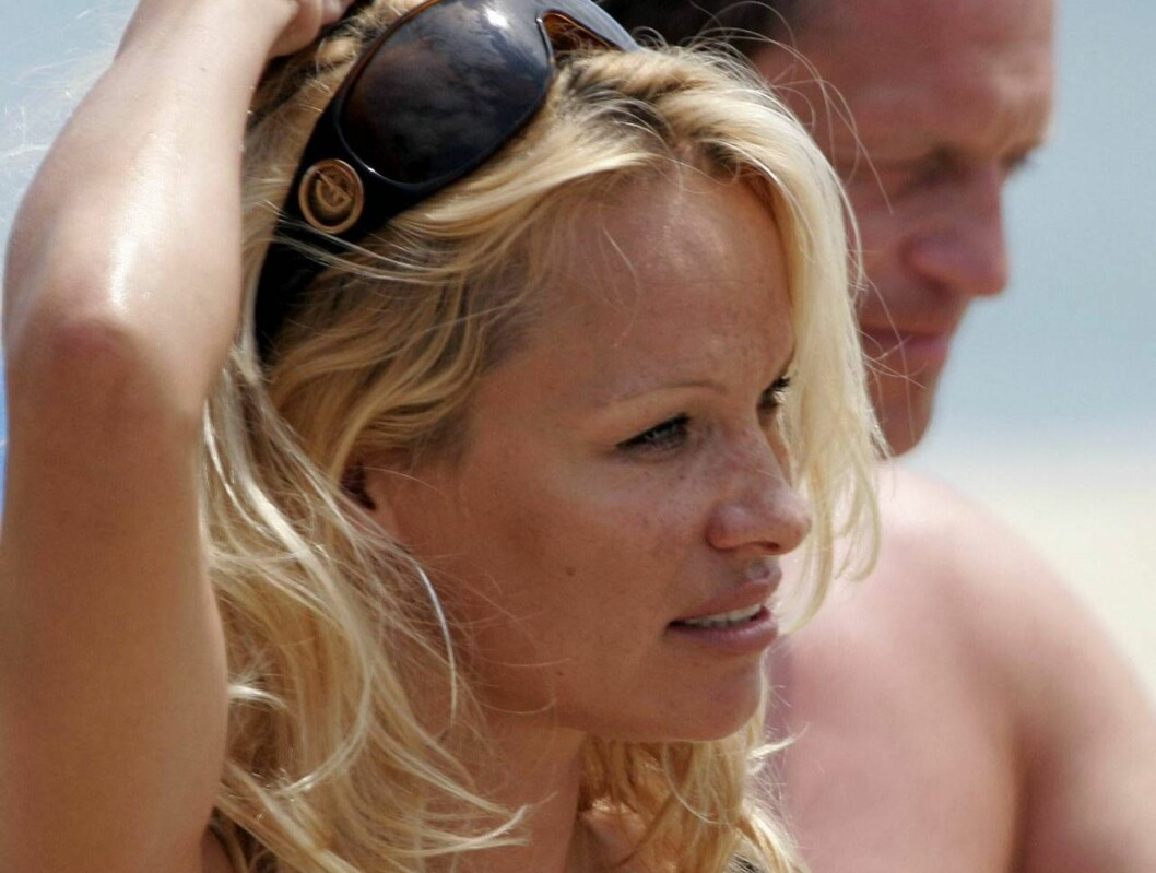 <strong>EXCLUSIVE :</strong> PAMELA ANDERSON LEAVES HER YAGHT TO GO TO NIKKI BEACH.SHE FALLED DOWN WITH HER BAG FROM THE ANNEX BOAT. PAMELA  GOT WET BUT KEPT HER FABULOUS SMILE AS SHESTAND UP FROM THE WATER. PARIS JULY 13TH 2006 EXCLUSIVE Foto: KCS PRESSE