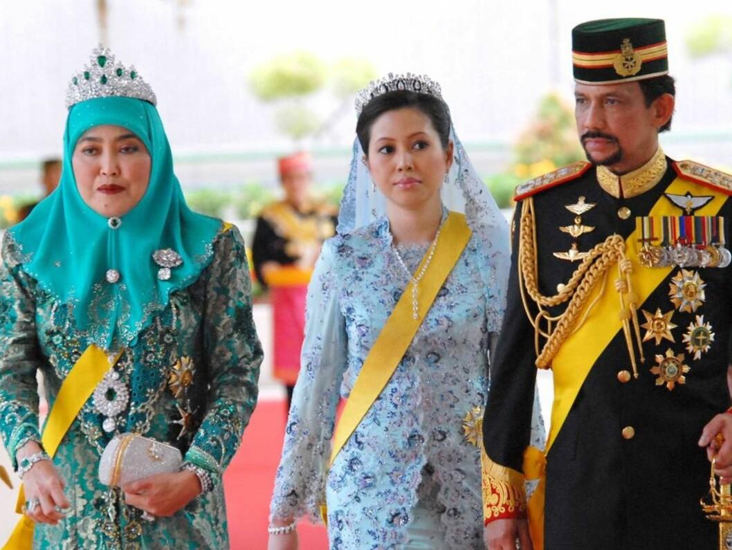 <strong>MED TO KONER:</strong> Sultanen av Brunei kommer til festen i Istana-palasset med sine to hustruer, førstekona dronning Haja Saleha (t.v) og sin nye kone dronning Azrina. Foto: Stella Pictures