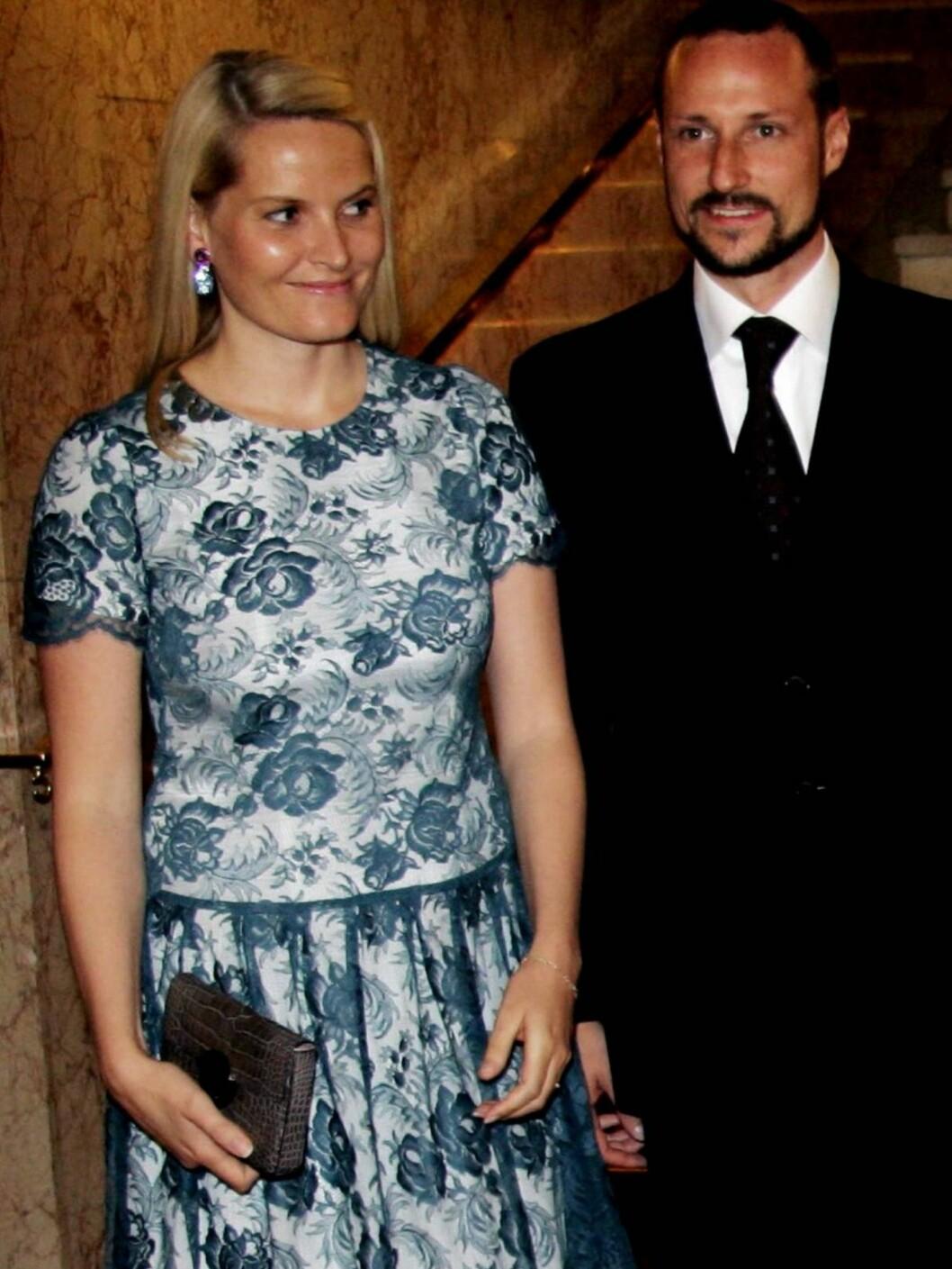 <strong>FIKK REAKSJONER:</strong> I følge svenskene ser Mette-Marits kjole ut som om den kommer fra Coops lagersalg. Hva syns du? Foto: SCANPIX