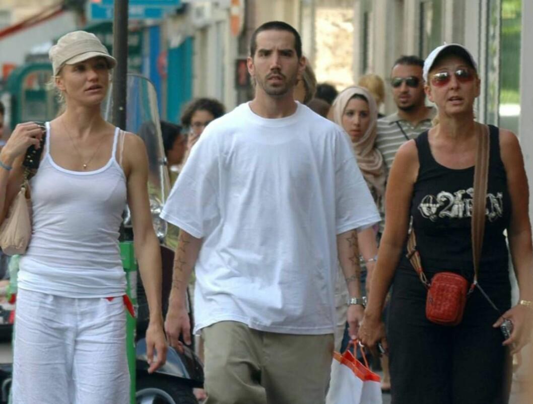 <strong>TURISTER:</strong> Frøken Diaz og fru Timberlake ble passet godt på av en relativt stor mann. Foto: All Over Press