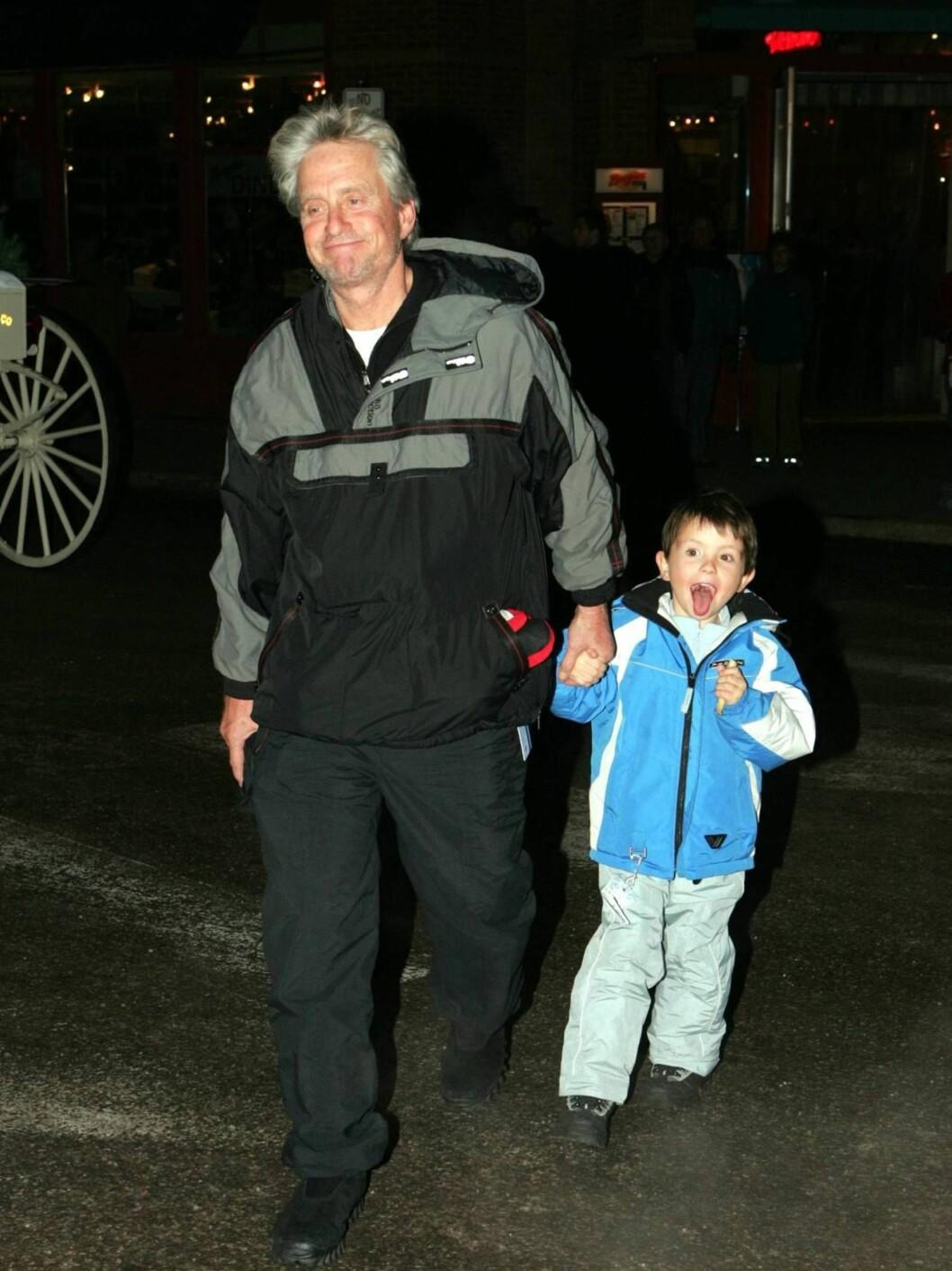 <strong>HJALP Faren:</strong> Vesle Dylan var ikke sen, da pappa ba ham tisse på ryggen hans... Foto: All Over Press