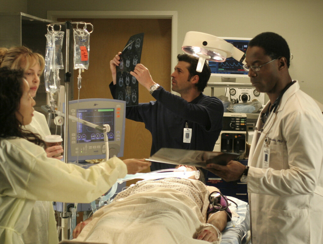 """102004_9580 -- GREY'S ANATOMY - """"Winning a Battle, Losing the War"""" - When the annual bicycle messenger race takes place in Seattle, the hospital emergency room fills with an assortment of injuries, causing the interns to compete for the most severe cases. Foto: ABC, INC."""