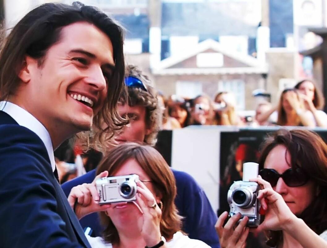 <strong>GLAD:</strong> Orlando Bloom hilser på fans under premieren i London. Foto: AP