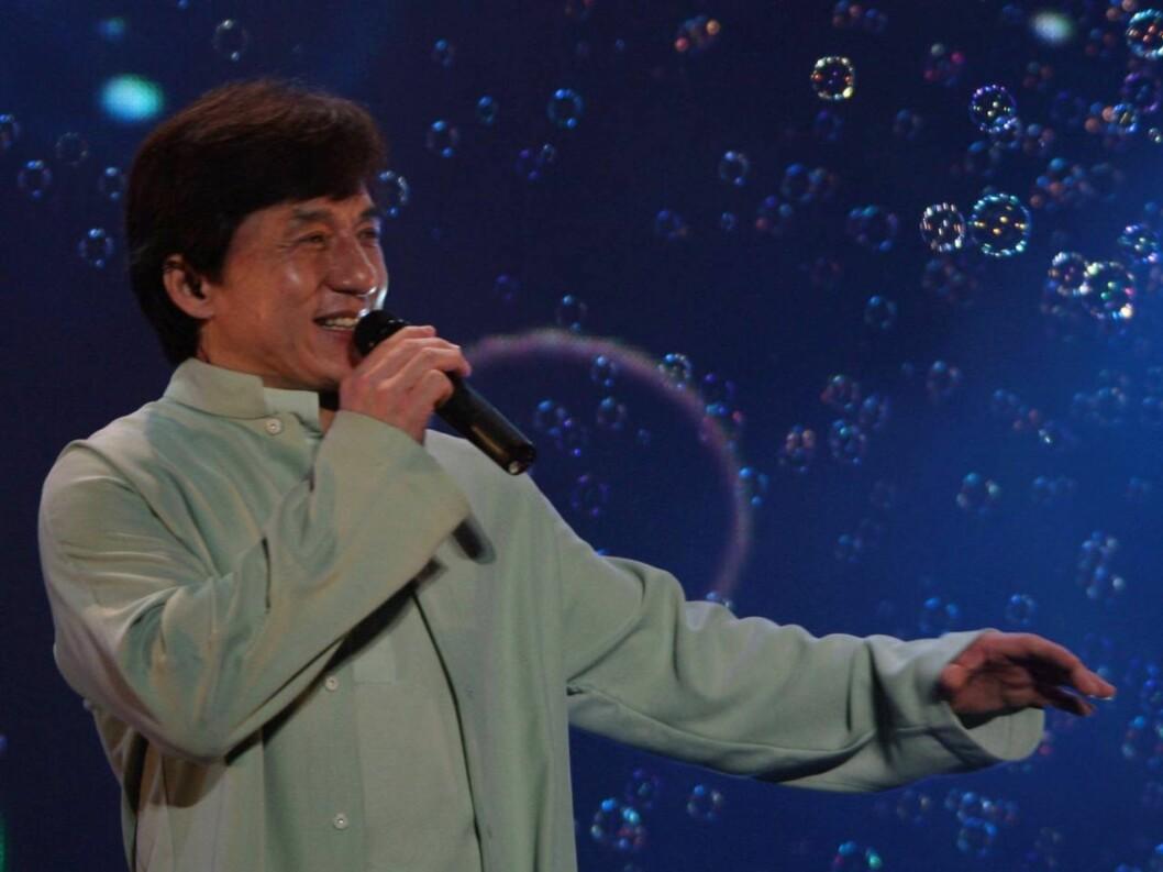 "<strong>NANJING, CHINA - JUNE 24:</strong> (CHINA OUT) Hong Kong action star Jackie Chan (L) performs with Korean star Jang Nara during his ""Jackie Chan and His Friends"" concert on June 24, 2006 in Nanjing of Jiangsu Province, China. (Photo by China Photos/Getty Images) * Foto: All Over Press"