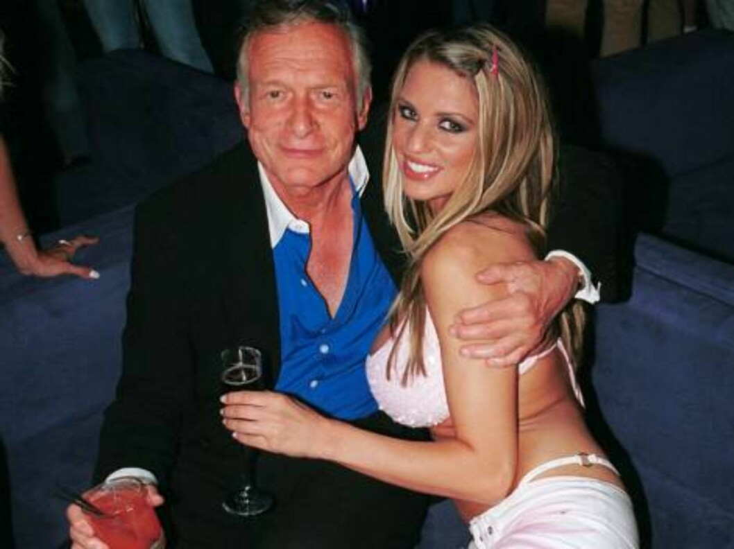 <strong>WEST HOLLYWOOD, CA - August 1:</strong> ***EXCLUSIVE*** Playboy publisher Hugh Hefner poses with playmate Jordan outside The Standard Hotel August 1, 2002 in West Hollywood, California. (Photo by David Klein/Getty Images)   - Original Filename: 408640_09_jordan. Foto: All Over Press