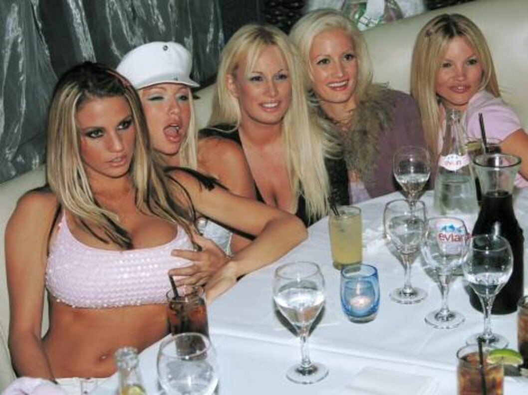 <strong>WEST HOLLYWOOD, CA - JULY 31:</strong> ***EXCLUSIVE*** Playboy model Jordan (L) poses with playmates at the Las Palmas club July 31, 2002 in West Hollywood, California. (Photo by David Klein/Getty Images)   - Original Filename: 408640_02_jordan.JPG - SPECIAL INS Foto: All Over Press