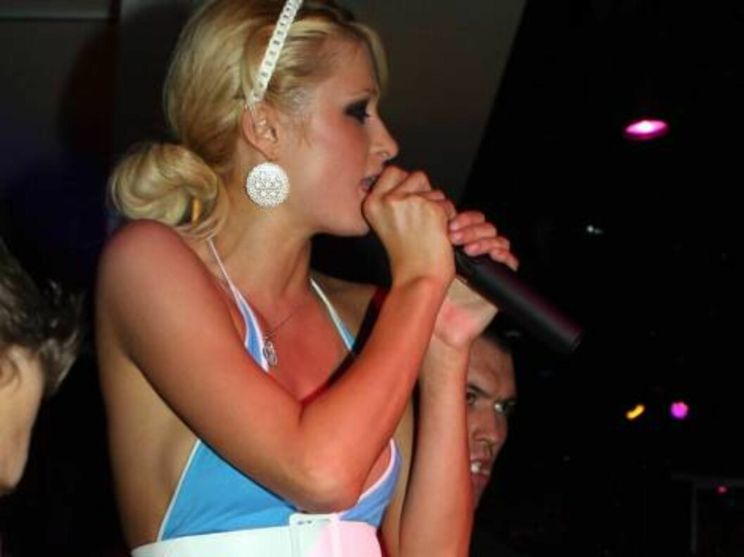 Paris Hilton singing in Las Vegas in front of her fans June 4, 2006 X17agency exclusive Foto: All Over Press