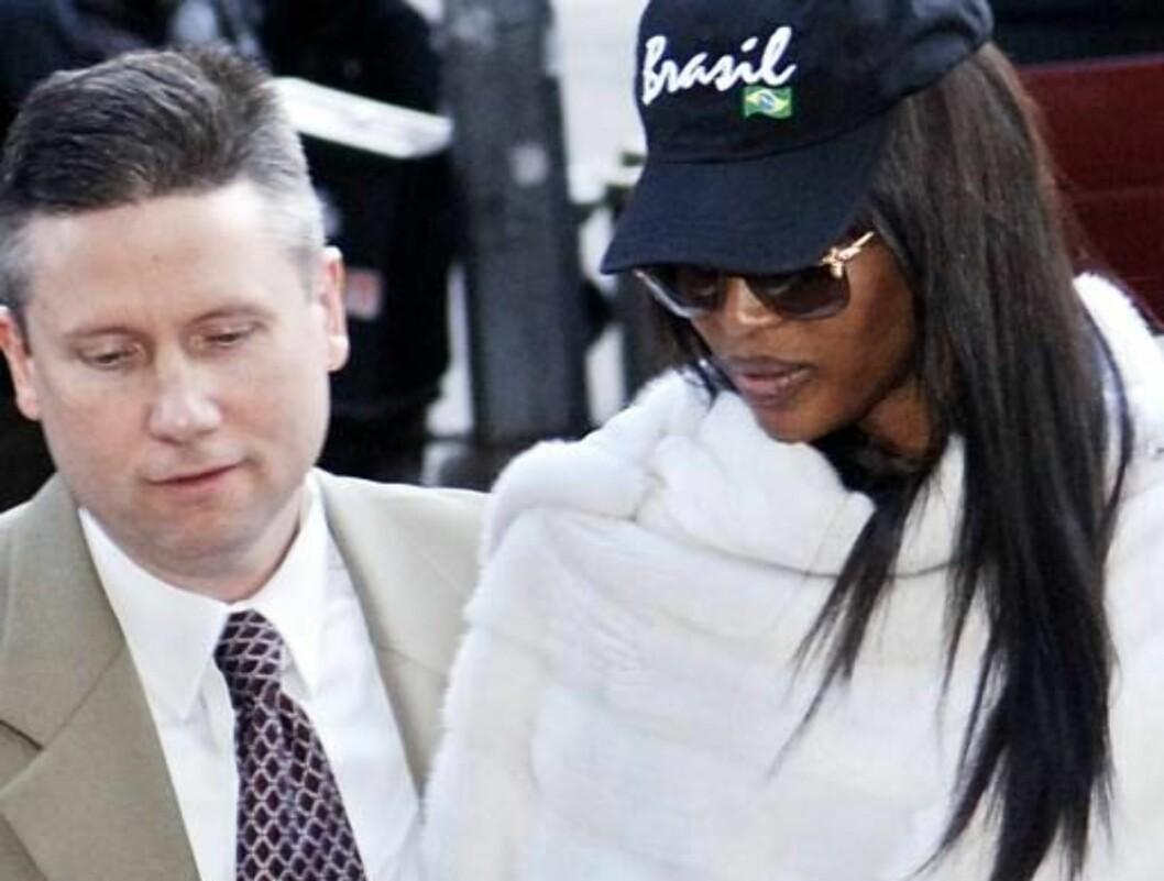 <strong>FOR RETTEN:</strong> Naomi føres inn i retten av politimenn i sivil. Foto: AP/Scanpix