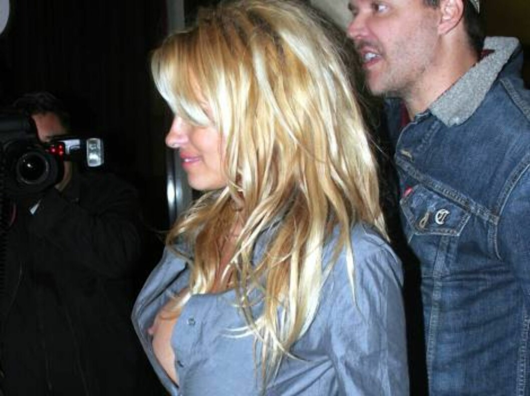 Pamela Anderson shows her breast at Roosevelt march 2, 2006 X17agency EXCLUSIVE / ALL OVER PRESS Foto: All Over Press