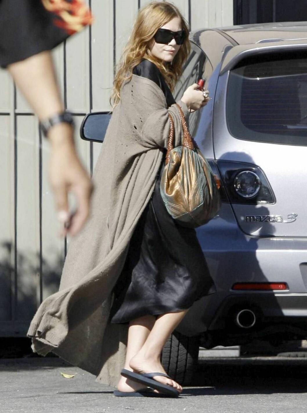<strong>LAIDBACK:</strong> Olsen-tvillingene sverger til flip-flops. Mary-Kate bruker gjerne sine på shopping. Foto: All Over Press