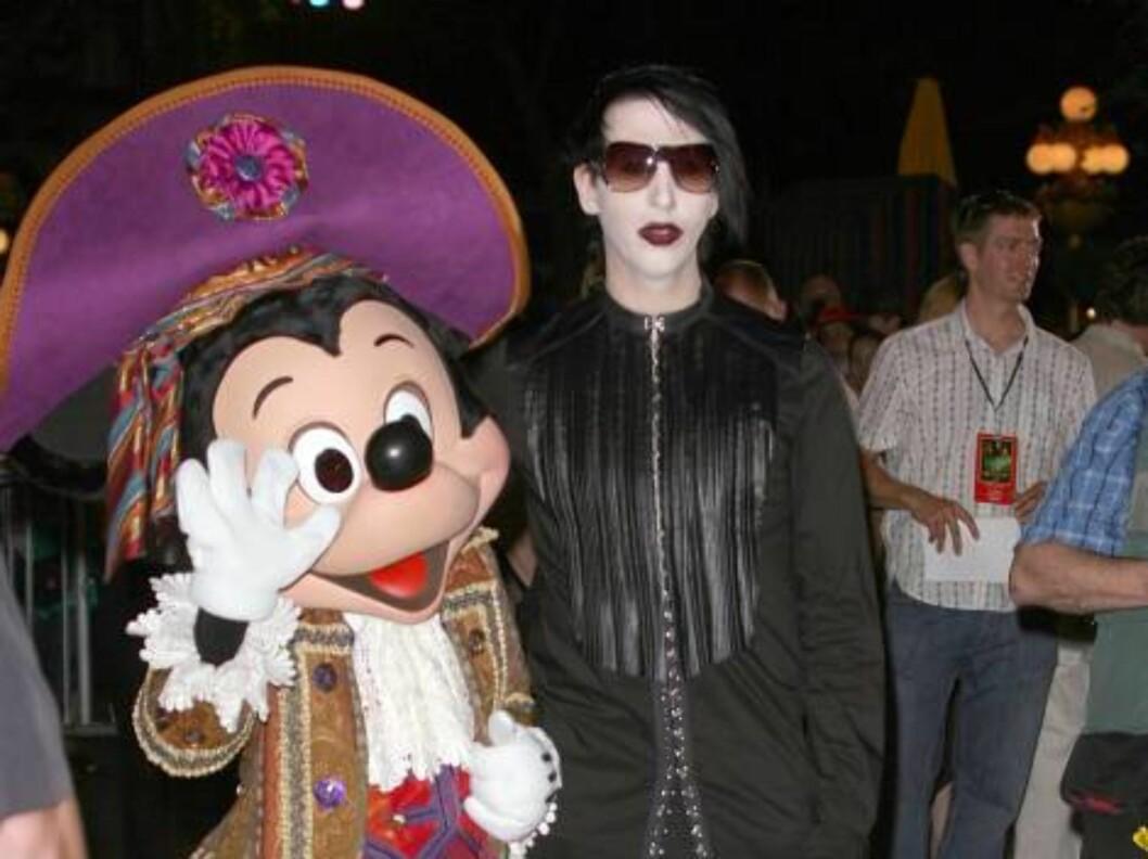 <strong>KONTRASTER:</strong> Musiker Marily Manson poserer sammen med Mikke Mus i Disneyland. Foto: All Over Press