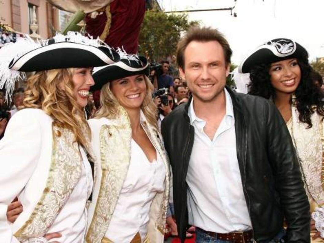 <strong>SJARMØR:</strong> Skuespiller Christian Slater med tre sjørøverdamer. Foto: All Over Press