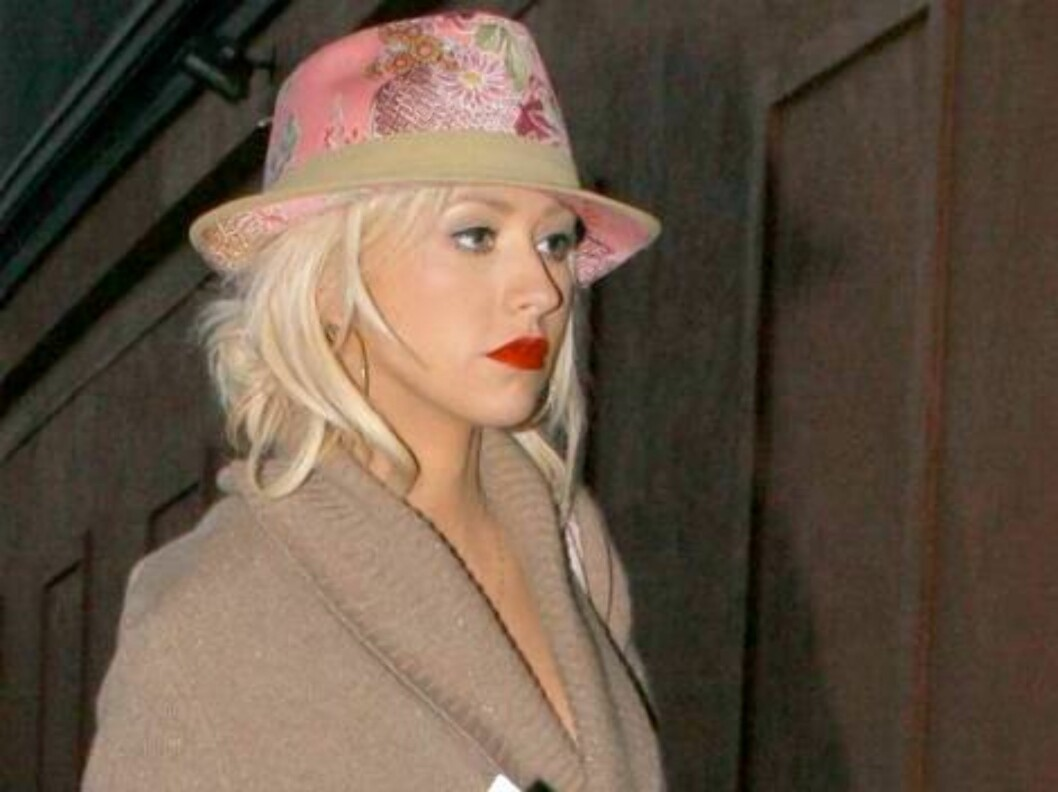 Christina Aguilera going to a photo shoot in Hollywood wearing a pink hat. June14, 2006 Foto: All Over Press