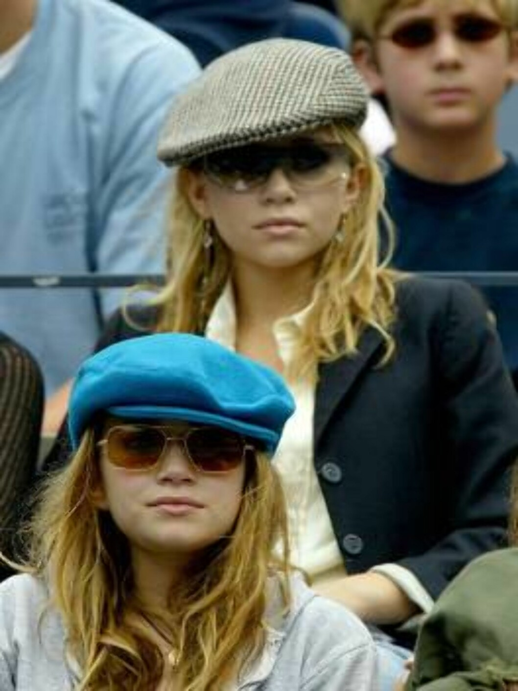 <strong>FLUSHING, NEW YORK - AUGUST 29:</strong> Mary Kate and Ashley Olson watch James Blake play Sargis Sargsian during the US Open August 29, 2003 at the USTA National Tennis Center,  Flushing Meadows Corona Park, in Flushing, New York. (Photo by Ezra Shaw/Getty Images Foto: All Over Press