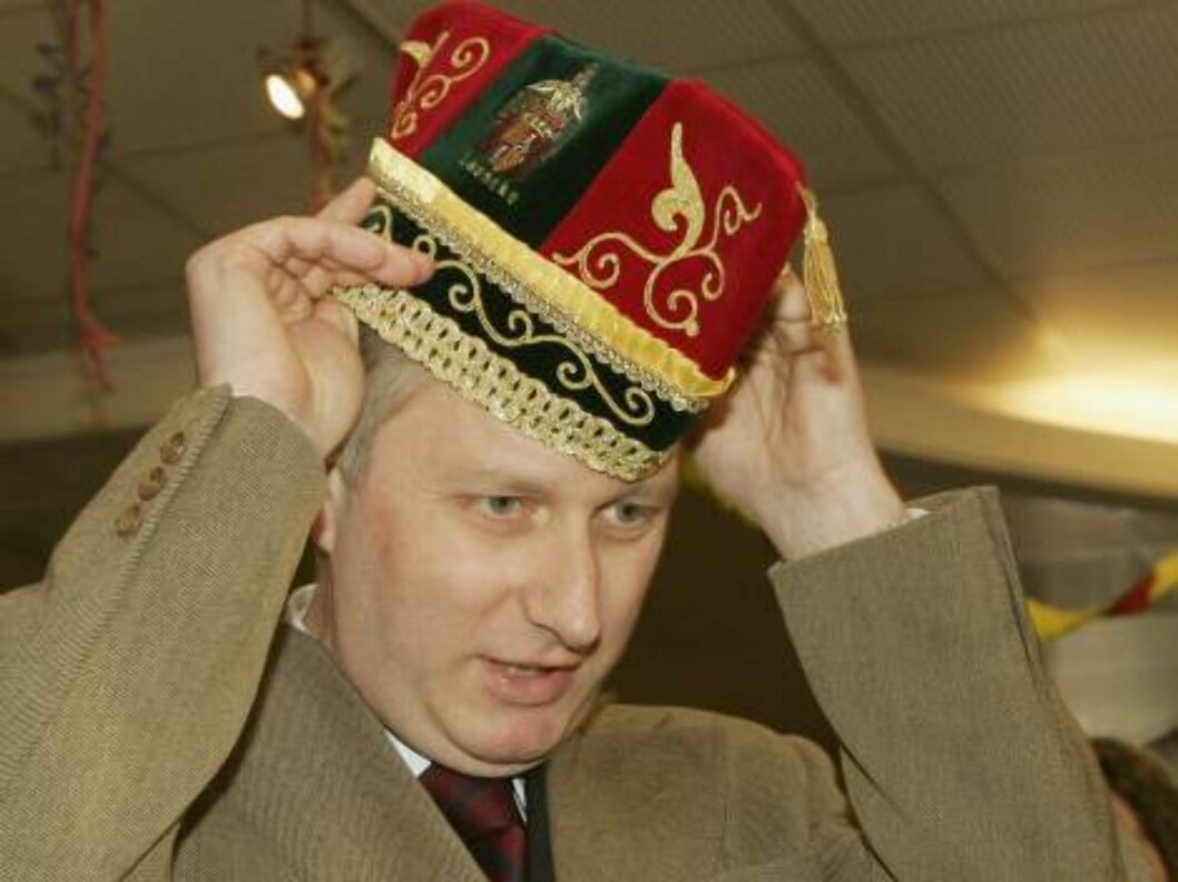 <strong>LANAKEN, BELGIUM - FEBRUARY 24:</strong>  Prince Philippe tries on a hat as he visits Lanaken Townhall  and gets offered a carnaval hat  on February 24, 2006 during a visit to Lanaken, Belgium.  (Photo by Mark Renders/Getty Images) *** Local Caption *** Prince Phi Foto: All Over Press