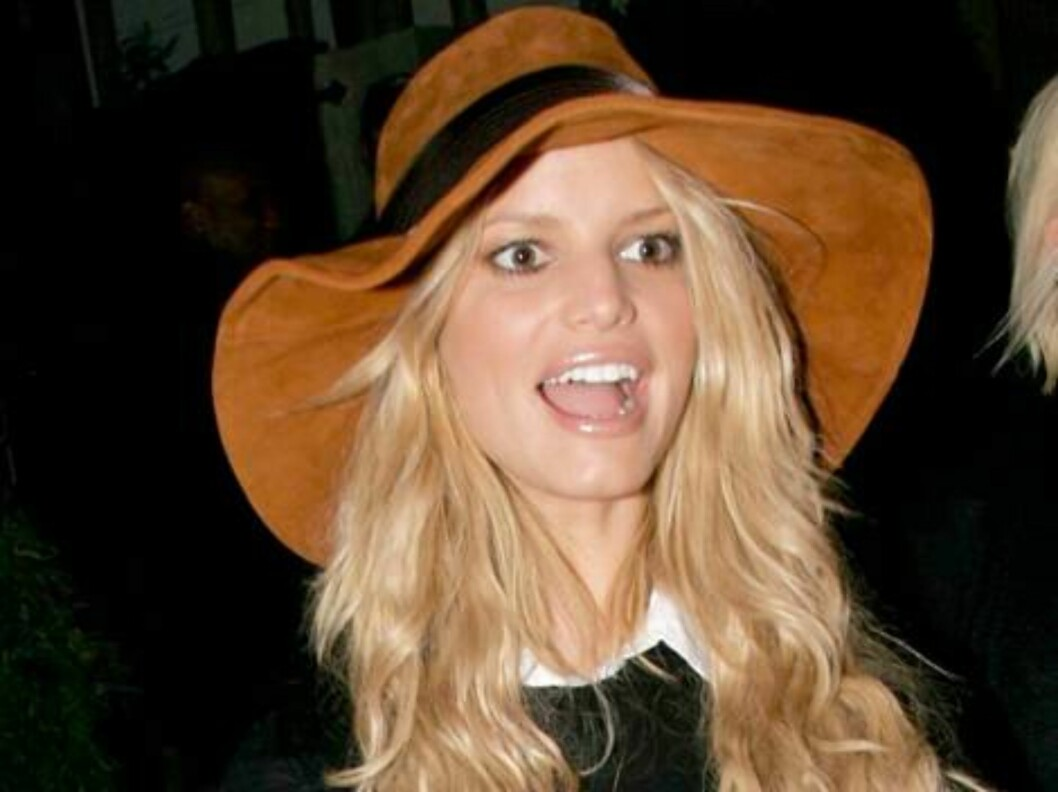 Single Jessica Simpson wearing a brown hat leaving Koi restaurant in West Hollywod with sister Ashlee. January 20, 2006 X17agency exclusive / ALL OVER PRESS Foto: All Over Press