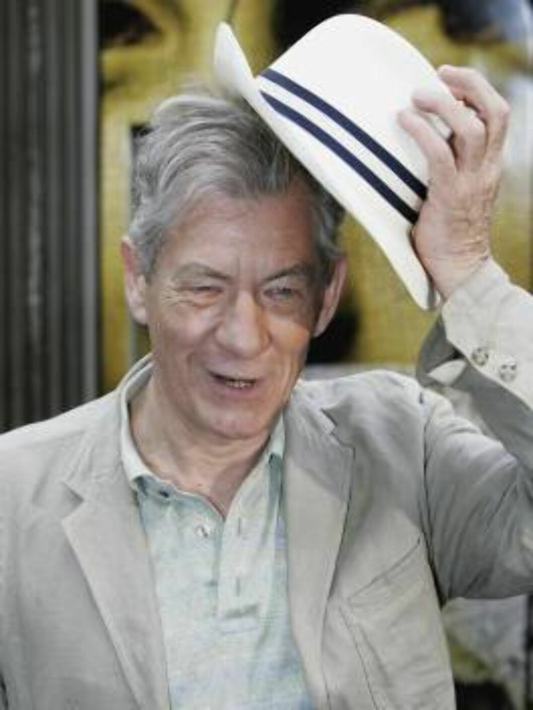 <strong>LONDON - MAY 16:</strong>  Actor Sir Ian McKellen doffs his hat during a photocall for new film The Da Vinci Code at Eurostar's Waterloo International Terminal on May 16, 2006 in London, England. At the photocall a new Eurostar Train was named 'The Da Vinci Code' Foto: All Over Press