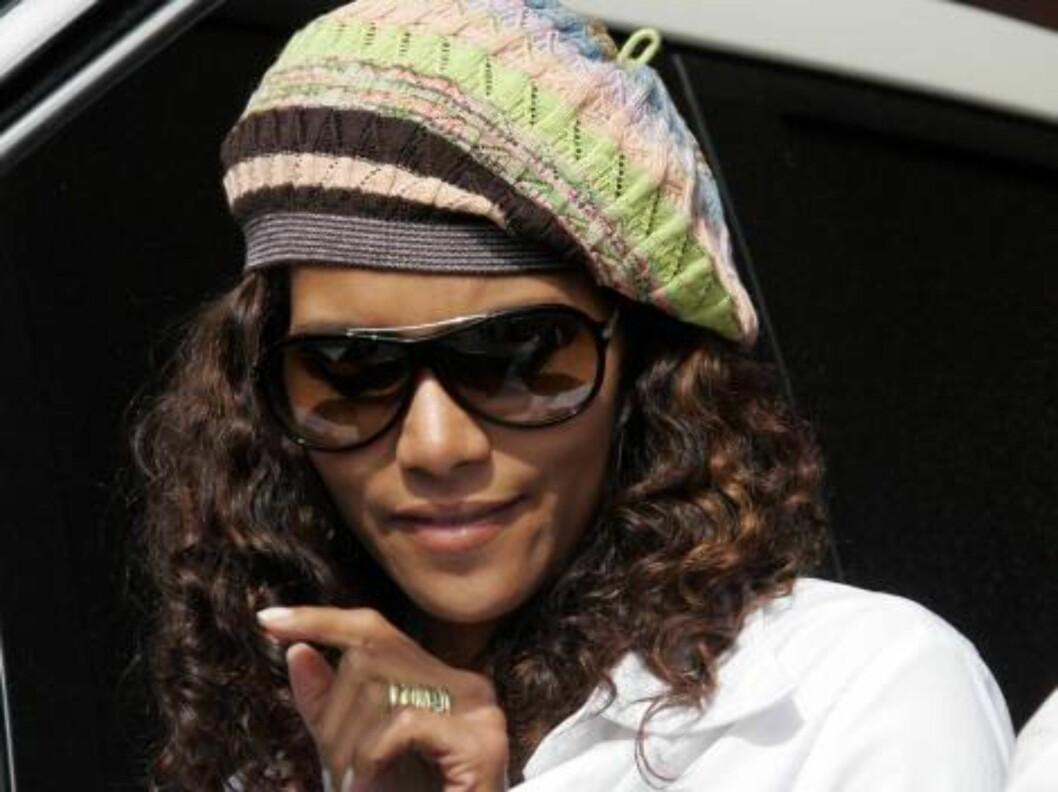 Catwoman star Halle Berry wearing a funky hat in Hollywood with scrpt. October 2, 2005 CL/X17agency exclusive / ALL OVER PRESS Foto: All Over Press