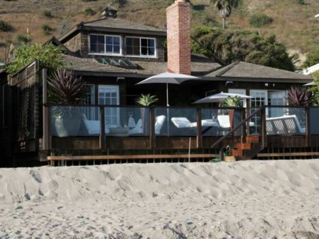 A bodyguard is watching Jennifer Aniston's beach house a week after a burglar entered her beach house. The man pleaded non guilty monday saying he was just looking for Aniston. August 30, 2005 X17agency exclusive / ALL OVER PRESS Foto: All Over Press