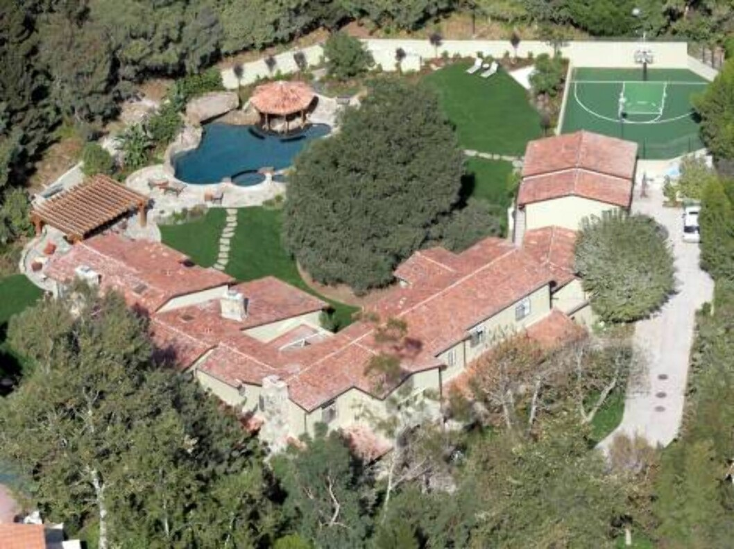 Britney Spears is back at home after three days at UCLA hospital. The star came back with baby boy home friday at 3 30pm. These pictures are taken 10 minutes later. Security and van are visible. Britney's house has just been remodeled and the landscaping Foto: All Over Press