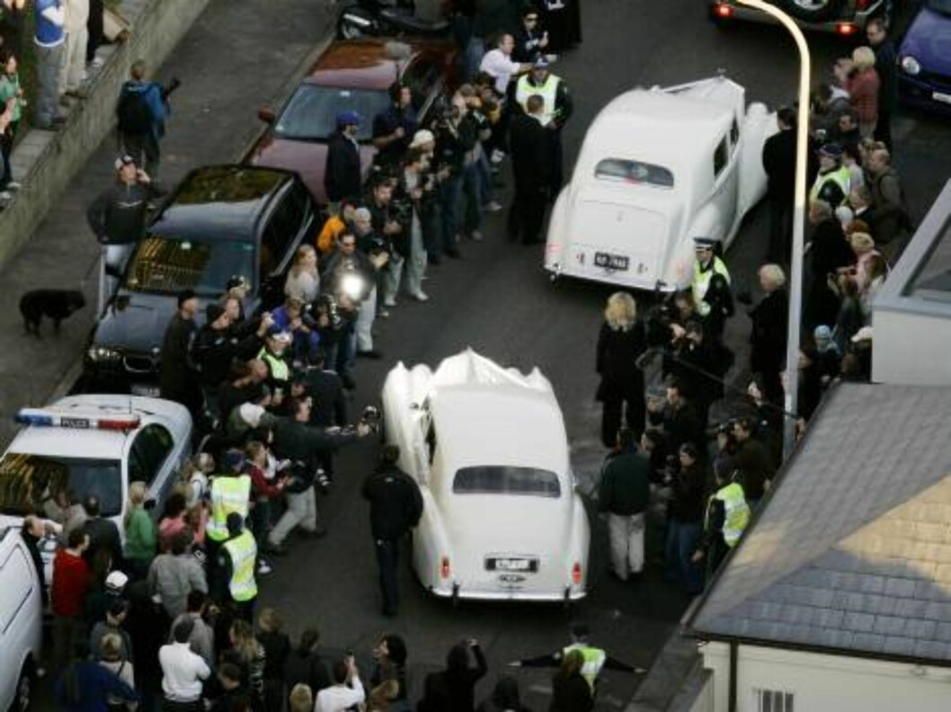 Photographers surround the bridal cars as they leave Oscar-winning actress Nicole Kidman's waterfront home as she makes her way to marrying country music star Keith Urban, in Sydney, Sunday, June 25, 2006. Around 230 guests were expected to watch the pair Foto: AP/Scanpix