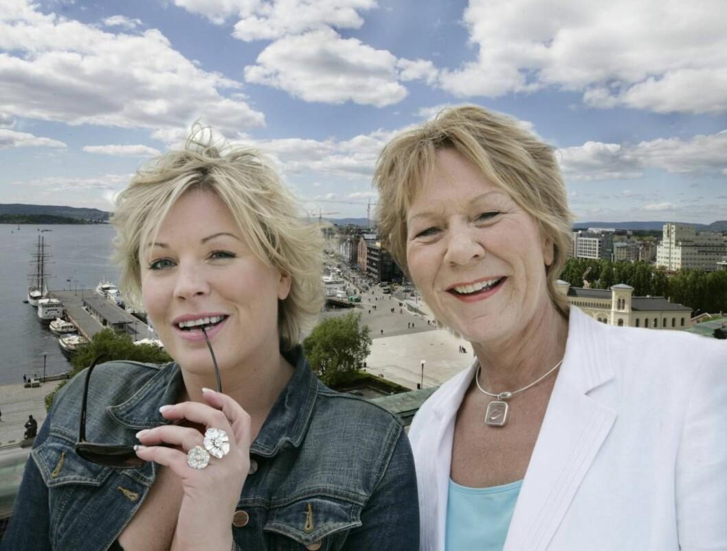 <strong>SOMMERÅPENT:</strong> Anne-Kat. Hærland og Anne Grosvold. Foto: NRK