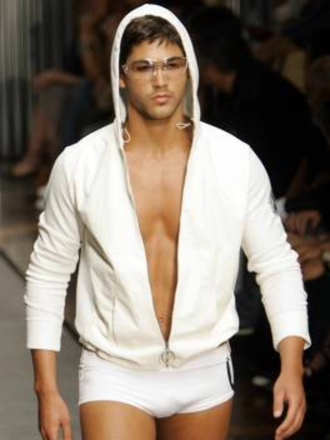 A model wears an outfit part of Gianfranco Ferre` Spring-Summer 2007 men's collection, unveiled in Milan, Italy, Monday, June 26, 2006. (AP Photo/Antonio Calanni) Foto: AP/Scanpix