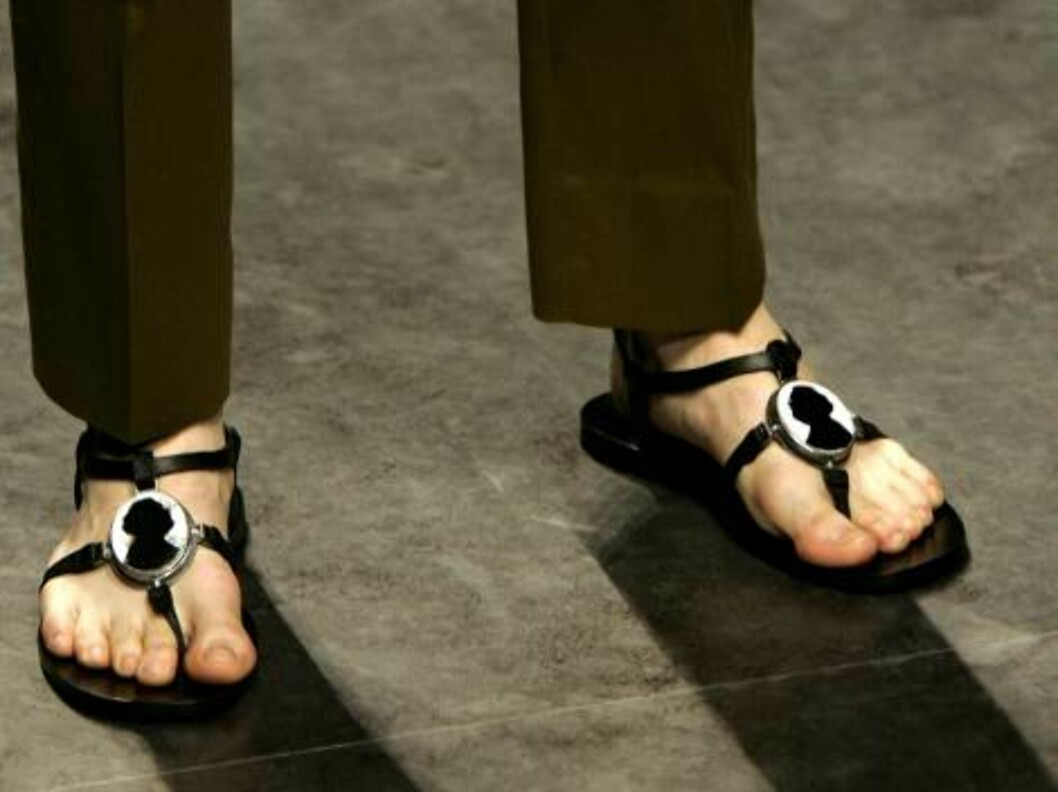A model wears sandals showing a silhouette of Italian designer Gianfranco Ferre`, during the Gianfranco Ferre`Spring-Summer 2007 men's collection, unveiled in Milan, Italy, Monday, June 26, 2006. (AP Photo/Antonio Calanni) Foto: AP/Scanpix