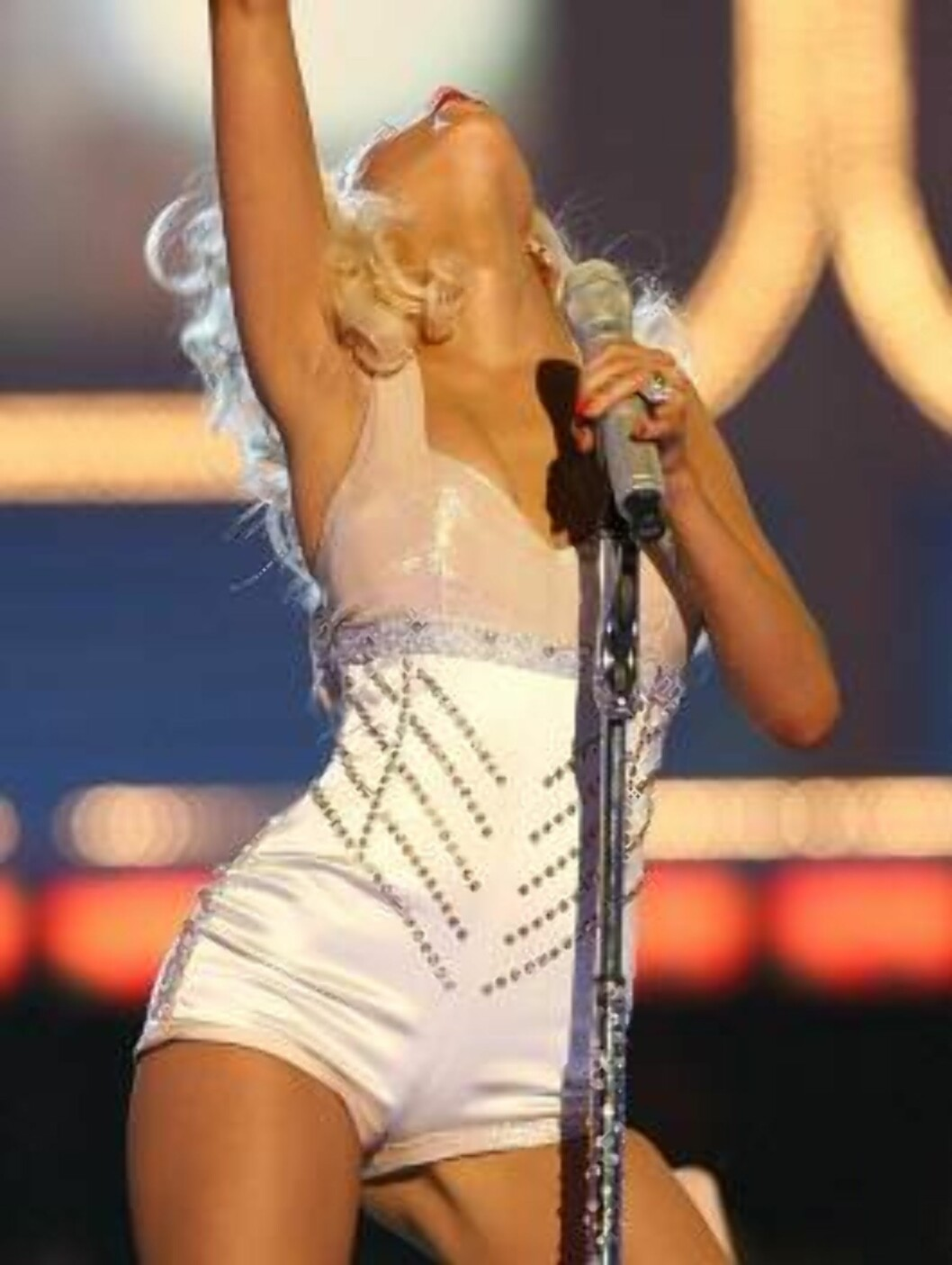 <strong>CULVER CITY, CA - JUNE 03:</strong>  Singer Christina Aguilera performs onstage at the 2006 MTV Movie Awards at Sony Pictures Studio on June 3, 2006 in Culver City, California.  (Photo by Kevin Winter/Getty Images) *** Local Caption *** Christina Aguilera  * SPECI Foto: All Over Press