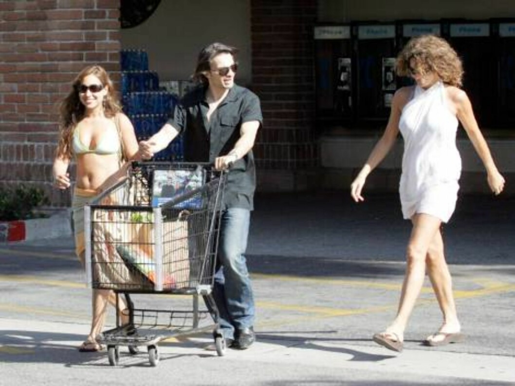 Olivier Martinez flirting with girls in Malibu June 4, 2006 X17agency exclusive / ALL OVER PRESS Foto: All Over Press