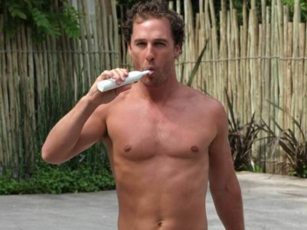 <strong>Code:</strong> X17XX8 - no code, Los Angeles, USA, 01.05.2005: Matthew McConaughey wakes up in Los Angeles brushes his teeth and get the paper on his doorstep. All Over Press / X17 Agency / ALL OVER PRESS Foto: All Over Press